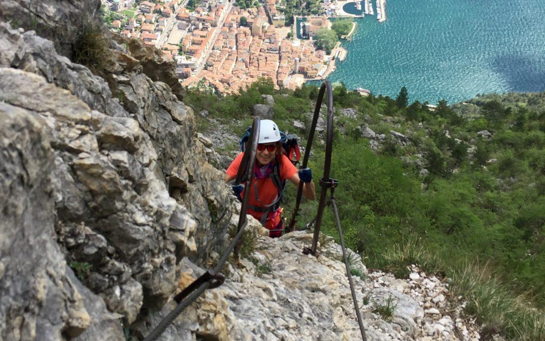 Klettersteig Italien : Klettern in den dolomiten männliche bergsteiger am klettersteig